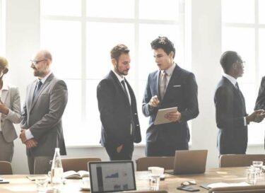 Adobestock boardroom directie vergadering grijze pakken