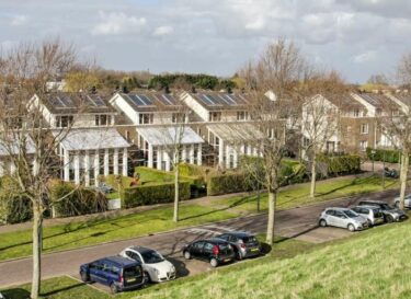Adobestock in de rotterdamse wijk nieuw terbregge liggen al zonnepanelen op de daken