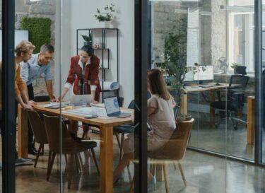 Adobestock tijd voor verjonging nieuw leiderschap bestuurskamer