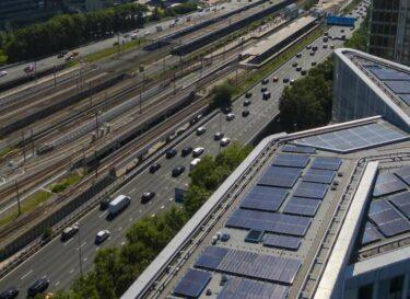 Amsterdam zuidas met zonnepanelen op daken