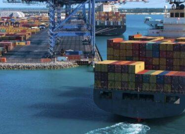 Containerschip bij haven