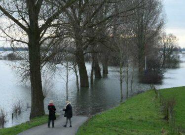 Hoog water rivier kleiner formaat aangepast