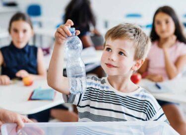 Kind recycling fles plastic flesje hergebruik statiegeld change inc adobe stock