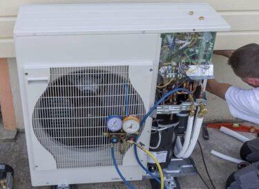 Loodgieter installeert warmtepomp bij huis