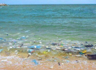 Strand plastic oceanen oceaan