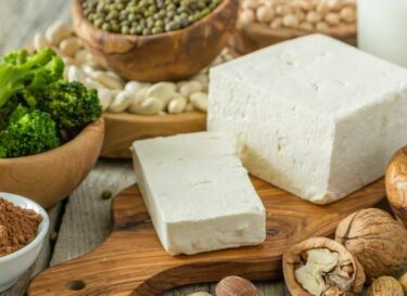 Vegan eten tofu groen kikkererwten adobe stock