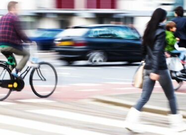 Voetganger fietsers verkeer stad