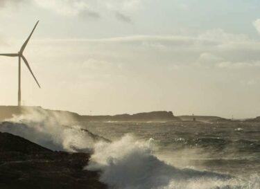 Windmolens in een storm met golven