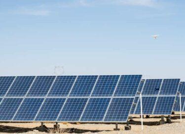 Zonne energie zonnepanelen woestijn