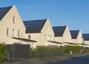 Zonnepanelen daken woonwijk woningmarkt